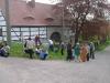 Beim Maibaumsetzen am 1. Mai treffen sich die Dorfbewohner regelmäßig am Dorfplatz.