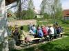 Gemütliches Zusammensein vor dem Auterwitzer Lehmbackhaus nach dem Maibaumsetzen.